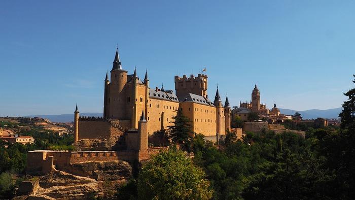 マドリードからバスで1時間ほどの場所にあるセゴビア。映画「白雪姫」に登場する城のモデルになったと言われている「アルカサル」も必見です。