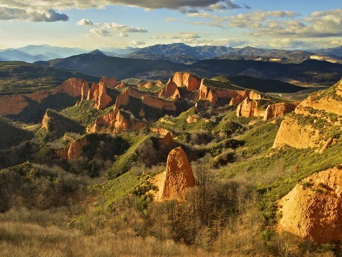 赤土の岩肌が緑を突き破るように見える不思議な造形美。ここは、スペイン北部のポンフェラーダ近郊に広がるラス・メドゥラスです。ローマ時代、砂金を豊富に含む金山がありました。その金を採掘するために山が次々に削られていったのです。栄枯盛衰の歴史を今に伝えるスペイン世界遺産の1つです。