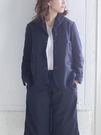 飽きずに長く使い続けられるネイビーのジャケット。相性の良いカラーは、白、グレー、水色、キャメルなど。ネイビーを羽織るだけで全体が引き締まるので、インナーやボトムスにチェックや花のプリントなど柄を重ねてもOKです。