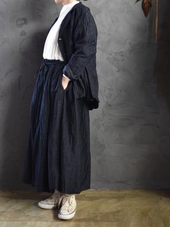 裾に膨らみがあるバルーンジャケットは、スカートスタイルと合わせて柔らかな印象を作ることができます。小柄な人は、スカートの丈をあまり長くしすぎないほうがバランス良く見えます。