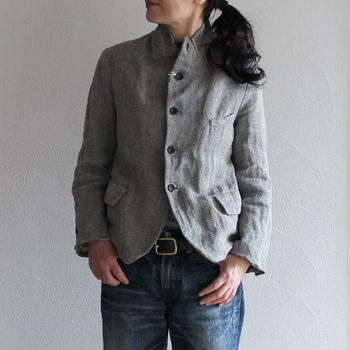 シャープに見せてくれる効果があるヘリンボーンジャケット。シンプルなデニムスタイルをスマートにまとめることができます。