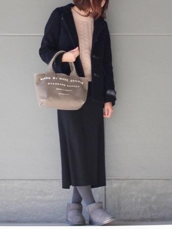 ブラックのタイトスカートとムートンブーツをつなぐのは、靴と同じグレーのタイツ。ブラックのタイツにするよりも、コーディネートがオシャレにキマります。