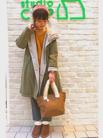 イエローのニットやピンクのターバンなど、プレイフルな配色を効かせたスタイリングでは、靴とバッグを同系色にするのが鉄則。ブーツとバッグをキャメルにすれば、全身がマイルドかつスッキリとまとまります。