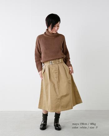 タートルニット&フレアスカートで、ベーシックなガーリースタイルをメイク。トップスはインして、キュッと引き締まったボディラインを描きましょう。