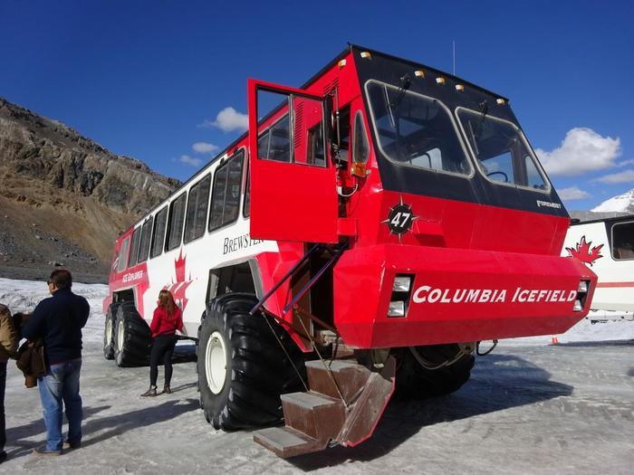 氷原に行くには、写真の雪上車に乗っていくのが一般的。雪上車はタイヤの直径が1.5mにも及ぶ大きな専用車で、車内では運転手さんがガイドしてくれます。「もっと自然を感じたい!」という上級者には、雪上車ではなく専門のガイドさんに着いて氷上の上を歩いていくツアーもありますよ。