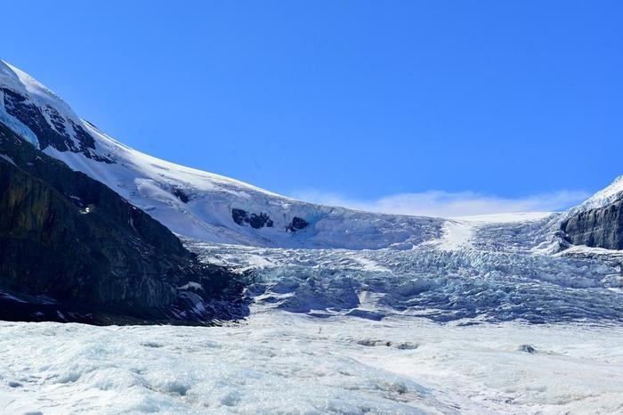 二つ目は、コロンビア大氷原の一角、アサバスカ氷原です。ここは1万年以上前から残る巨大な氷河で、長さ6km、氷の厚さはなんと300mにも及びますが、それでもコロンビア大氷原のわずか2%なのだとか。写真では分かりにくいですが、実際に足を運ぶと氷原が淡いブルーを発してとても美しいんですよ。