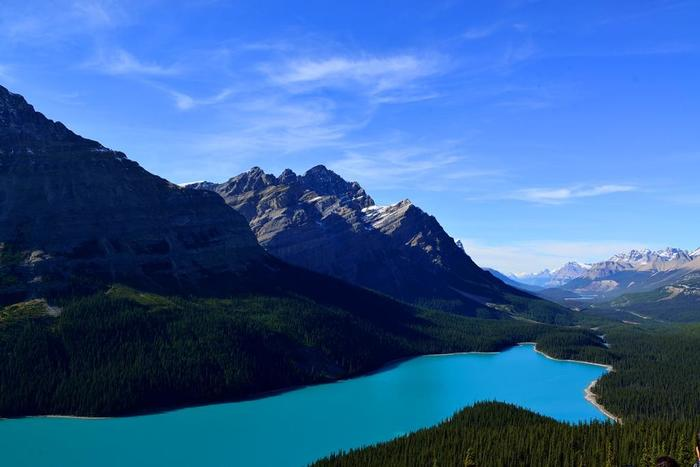 ペイトレイクは季節によって、湖の色が変化することでも知られています。春にはブルーグリーン、夏には深い青のコバルトブルー、秋はトルコブルーと様変わり。これは氷河の堆積物が湖に流れ込むのが原因なのだとか。太陽の傾きによっても色合いが変わるので、いつ来ても新しい表情を見せてくれます。