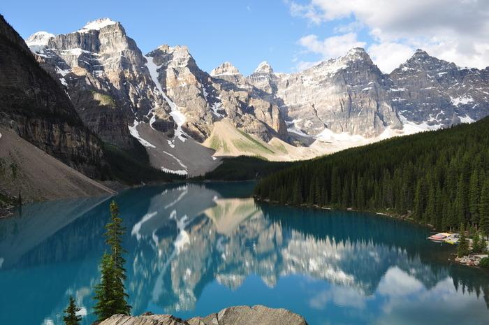 一つ目は「レイクルイーズ」です。ビクトリア女王の娘・ルイーズ王女にちなんで名付けられた湖で、湖の奥にそびえるビクトリア山と氷河の美しいコンビネーションが人気の観光スポットです。湖がエメラルド色に見えるのは、氷河から溶け出した岩粉が影響しているから。その美しさから別名・宝石湖とも呼ばれています。