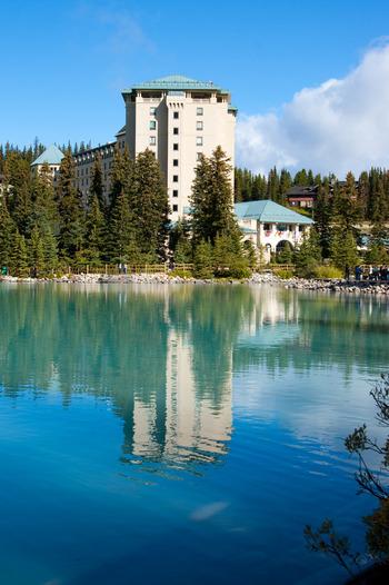 こちらはレイクルイーズの湖畔にある豪華ホテル・Fairmont Chateau Lake Louise(フェアモント・シャトー・レイクルイーズ)。宿泊料は高めですが、レイクビューの部屋から美しい湖を眺めて過ごせたら一生の思い出ができそう。