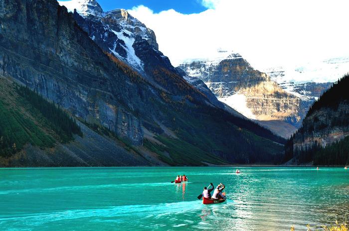レイクルイーズの周りには散歩のできるコース、さらに奥に進むとハイキングコースがあるので、美しい湖や山だけでなく、季節の植物を堪能することも。写真のようにカヌーを楽しむこともできるので、湖畔や湖近くにあるホテルに泊まり、1,2日かけてじっくりレイクルイーズを満喫する観光客も多いんですよ。