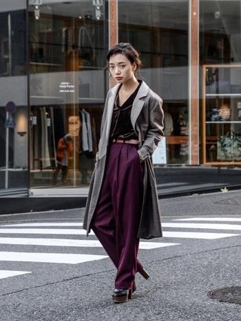 上品なプラムカラーもレトロシックなスタイルにおすすめのカラーです。レトロなブラウンのベロアシャツとグレーのロングコートでマスキュリン&シックに決めて。