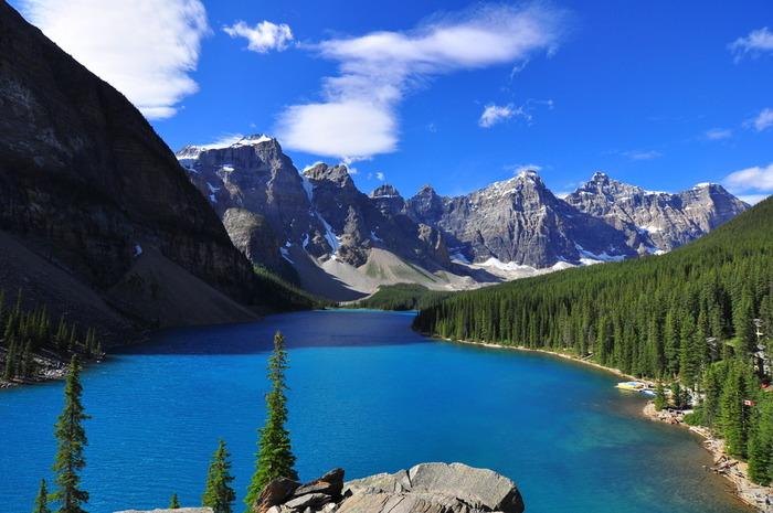 続いては、カナダの旧20ドル札のデザインにも採用された絶景、モレーン湖です。湖の周辺にそびえたつのは、10の連峰がそびえたつという意味で名づけられた「テンピークス」。青々とした湖と空、壮大な連峰のコントラストがすばらしくため息が出てしまいますね。