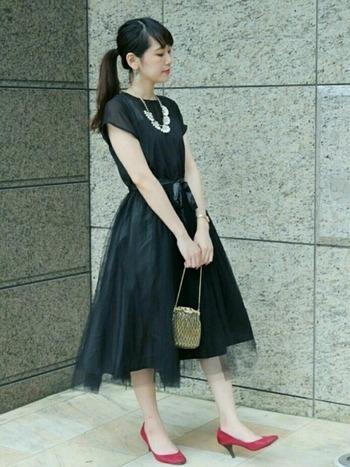 1枚で着ると華やかな印象のチュールスカートは、パーティーにピッタリのドレス。普段使いにするなら、上にニットを重ねてみたり、Gジャンなどを羽織っても良さそうですね。