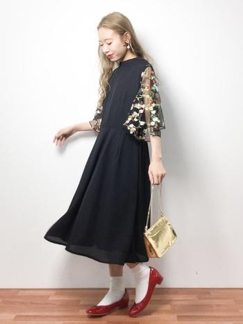袖に花の刺繍が入ったワンピース。そのままでもとってもかわいいですが、サッシュベルトを巻いてウエストマークしたり、ヘアバンドなどを使ってカジュアルダウンしてもおしゃれ♪工夫次第で色々と使えそうですね。