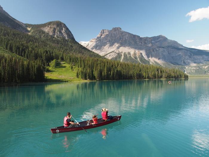 周辺を散歩しても、カヌーに乗っても、湖畔のレストランで食事を楽しんでも◎ 筆者が訪れたときは、ほかの湖よりもカヌー利用料金が最も安かったので、ほかの湖で乗れなかったという人はぜひトライしてみてはいかがでしょうか? (※ただしカヌー使用料は2017年秋現在のものなので、実際に観光される際は公式サイトなどで最新の情報を確認してくださいね)