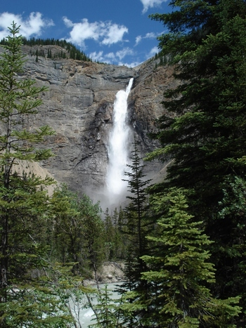 二つ目はタカカウの滝です。「タカカウ」とは現地先住民族の言葉で、「壮大な」「驚き」という意味があります。 滝の落差はナイアガラの滝の5倍と言われていますが、落差が大きすぎるため滝つぼがなく、落差は最大で380m、最短で約250mに変化するそうです。