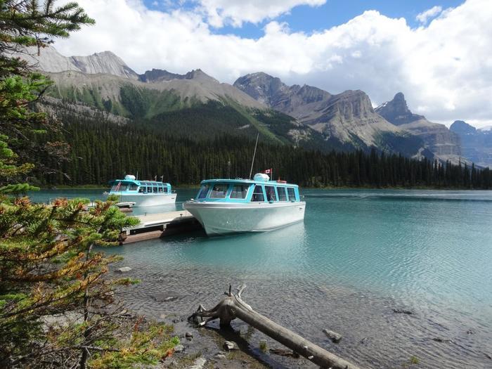 夏の観光シーズンには、遊覧ボートに乗ってクルーズを楽しむこともできます。クルーズのほかにも、サイクリングやハイキング、カヌーなどを満喫することも◎