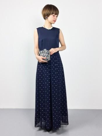 すっきりとしたシルエットのマキシ丈ドレス。ストールを羽織れば結婚式や二次会にピッタリですが、カジュアルダウンするならニットを着たりパーカーなどを羽織るのもおすすめです。オールシーズン使えそうですね。