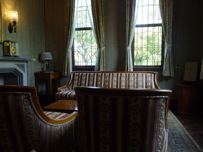 ひときわ異彩を放つ「鳳凰の間」は、当時応接室として使われていました。寄木細工の床、ステンドグラスの窓など、随所までこだわった部屋にうっとり。