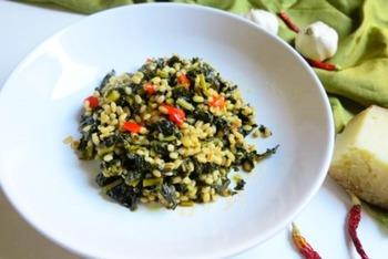 黒キャベツと大麦で作るミネストラ。ミネストラとは、野菜をたっぷり使った煮込みのようなもの。スープ仕立てのものも含まれるそうです。このレシピの味付けのポイントはアンチョビです。冬の栄養補給としても頂きたい一皿ですね。