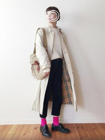 定番でトレンドに流されないバーバリーコートは、羽織るだけでサマになるシルエットの美しさが魅力♪セーター×パンツの楽チンコーデもスタイリッシュに仕上げてくれます。