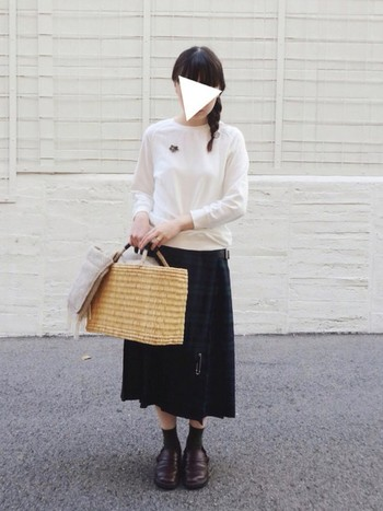 ミモレ丈のプリーツスカートは、通勤にもピッタリなタータンチェックの優等生スタイルで。