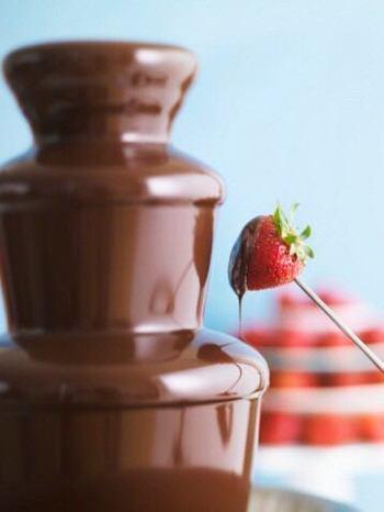 チョコレートフォンデュで思い浮かべるのは、レストランなどにもおいてあるチョコレートファウンテン。ミニサイズのおうち用も販売されていますが、これらやチョコレートフォンデュの専用アイテムがなくても楽しむことができますよ♪
