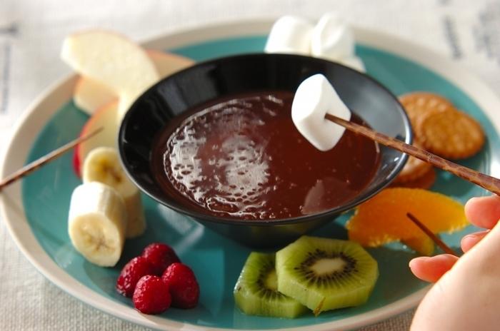 フルーツをブランデーに漬けるレシピをご紹介しましたが、こちらはチョコレートにラム酒を加えて大人の風味にしあげたチョコレート。ストレートに飽きてきたら、あとから少しだけ加えるのもいいかもしれません♪