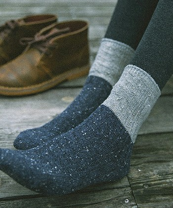 写真のようにタイツの上に厚手の靴下を重ね履きしても◎
