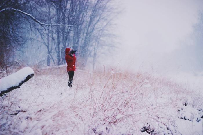 コートは紺色や黒、茶色などの落ち着いた色もいいですが、ぜひ赤や黄色などの明るい色をセレクトしてみて。羽織ってみると、真っ白の雪景色の中でとても映える存在に。写真映えもしますよ。