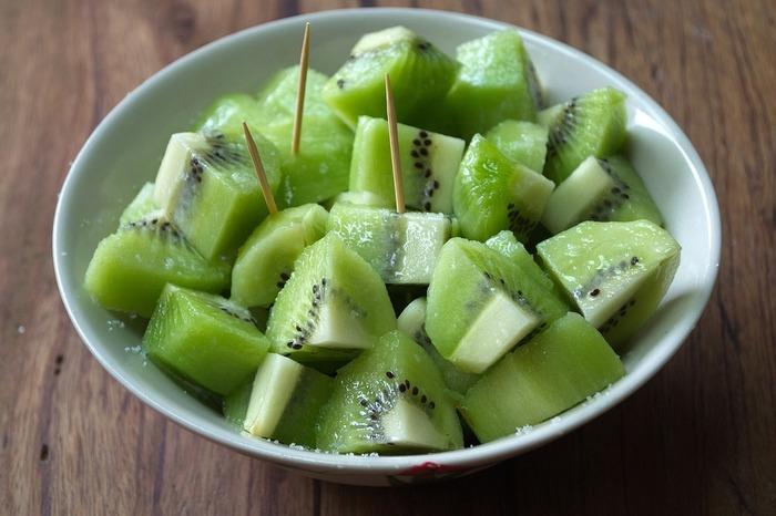 同じく、酸味とみずみずしさでおすすめなのがキウイフルーツ。海外のパーティーなどにも登場する人気の組み合わせです。