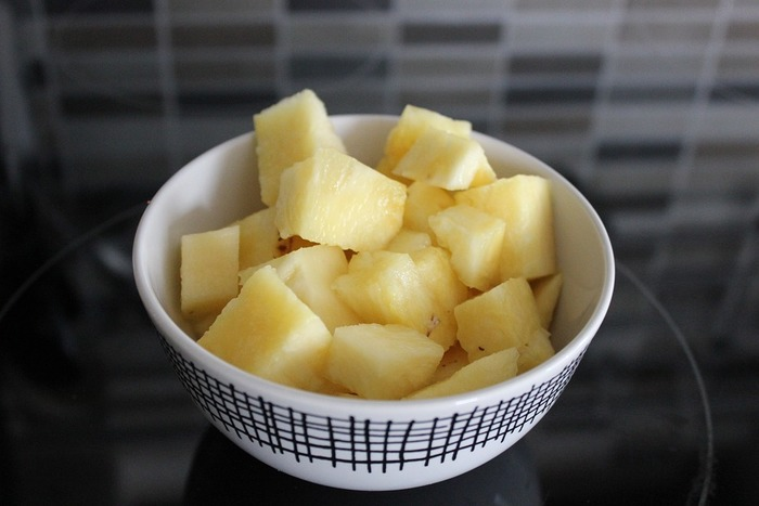 「こんなに合うんだ!」と驚くこと間違いなしのフルーツ・パイナップル。こちらも、一口大にカットしておくと串にさしてチョコレートをくぐらせやすいですよ。