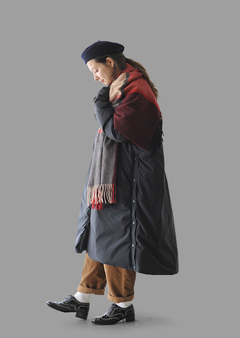 ベレー帽で顔回りにアクセントを置くだけでなく、チェック柄の大判ストールもパサリ。上半身に小物を多用することで、裾広がりのロングコートも、シュッとスマートに着こなせます。