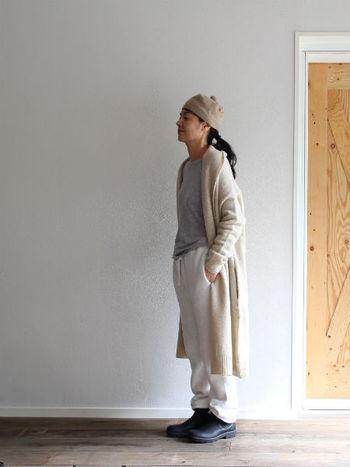 ロングコートの重さを軽減したいなら、思い切って淡いカラーをセレクトするのもオススメ。ホワイトのワントーンでまとめれば、コーディネート自体にも今っぽさが出てきます。