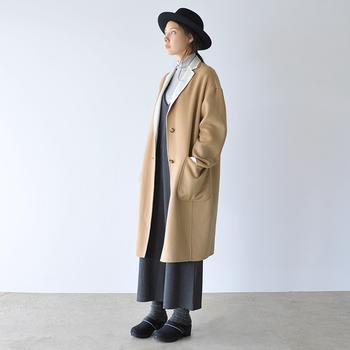 くるぶしまでのゆったりパンツにして、コートの重みを逃がすという方法も。ボトムと同じ色のタイツで、シューズまでをスムーズにつなげるのも重要なポイントです。