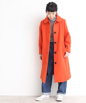 袖を通すだけでおしゃれ上級者になれる、鮮やかなロングコート。中に暗い色の洋服を合わせても、オレンジがチアフルに転化してくれます。