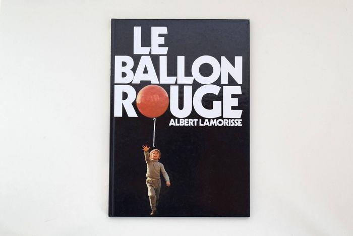 第9回カンヌ国際映画祭で「パルムドール」を受賞した短編映画『赤い風船』。  この名作を「写真絵本版」として1976年に刊行した1冊が、こちら『LE BALLON ROUGE』です。 この映画を撮影したアルベール・ラモリス監督の息子・パスカルが主人公を演じています。
