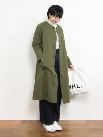 ロングコートの重たさを、真っ白なスニーカーが見事に払拭!足元だけが浮かないよう、バッグも同じホワイト系にしておきましょう。