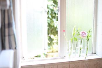 窓辺には、試験管タイプの花器でリズムのある軽やかなデコレーションが似合います。
