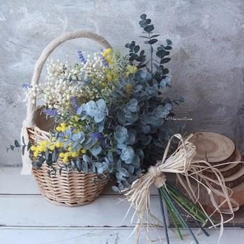 瑞々しい生花のブーケにはもちろん独特の美しさがありますが、大きなブーケになると意外なほど重いのが難点。一方、プリザーブドフラワーやドライフラワー、アーティフィシャルフラワーを使ったブーケは長時間持っていても軽く、式の後にもインテリアとして飾ることができます。