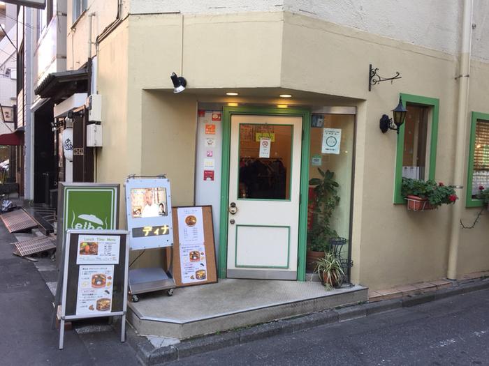 東京メトロ 東銀座駅から徒歩1分、カフェのような外観が目印の「elbe(エルベ)」。1975年に創業して以来、歌舞伎役者さんをはじめ多くのファンが長年通い続けている名店です。