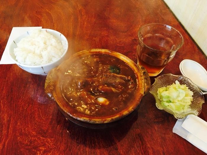 こちらで人気なのが、土鍋で煮込まれた「シチューセット」です。6種類のビーフ、海老、貝柱、ミックス(ビーフ&タン)、タン、烏賊から選ぶ事ができ、ご飯と漬物がついてきます。