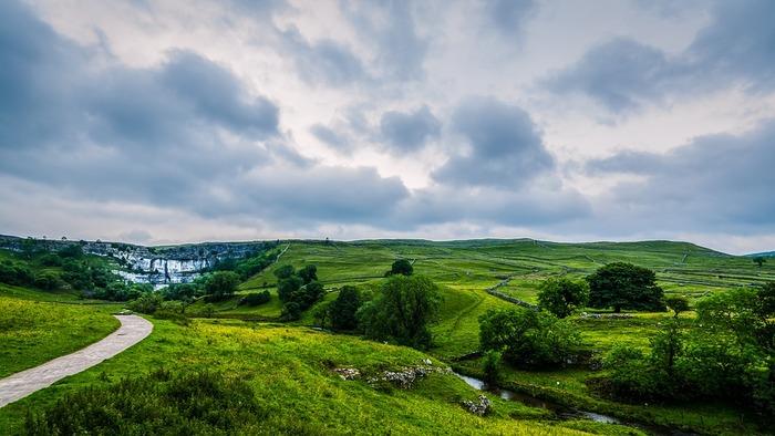イギリス国内を網の目のように走っていて、週末や休暇の時期になると森林や海岸沿いの美しい風景を楽しみながら散策する人がたくさん見られます。
