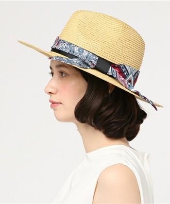 """スカーフは""""ファッション小物""""にもぜひ取り入れたいアイテム。サラッと帽子に巻くだけで、今季らしい雰囲気を演出できます。"""