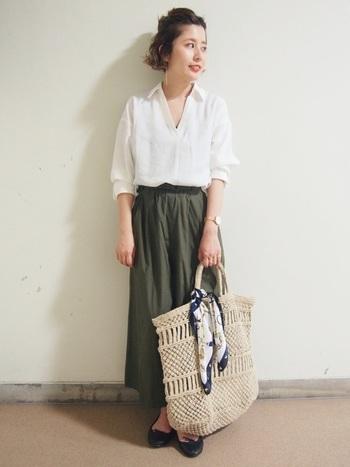 バッグにリボン結びするだけで、グッと華やかな印象に。さりげないのに、とってもおしゃれな使い方です♪