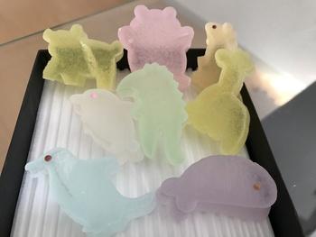 色とりどりの「かいちん」は、砂糖と寒天で作られています。かわいらしい形とやさしい透明感がポイント。花や動物の形をしたかいちんもあります。お土産にも喜ばれそうですね。