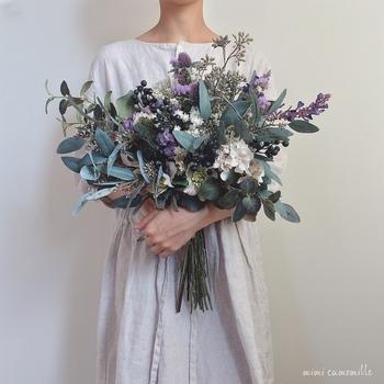 庭の花や、森で摘んで来たグリーンをそのまま束ねたような、まさにボタニカル感たっぷりのブーケです。両手で抱えるほどの贅沢なボリュームは、シンプルなドレスにこそ似合いそう。