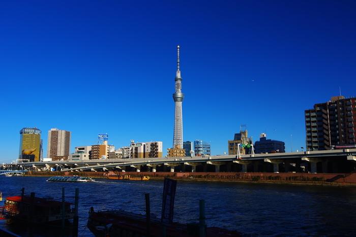 もうすぐバレンタインデーですね。たまには彼とのバレンタインデート、東京の東側にある《蔵前》で、下町散策を楽しんでみてはいかがでしょう。浅草からアクセスしやすいうえ、近くを悠々と流れる隅田川、そして間近にそびえ立つスカイツリーの眺めは爽快♪大都会の喧騒を忘れてのんびり過ごせる穴場スポットなんです。