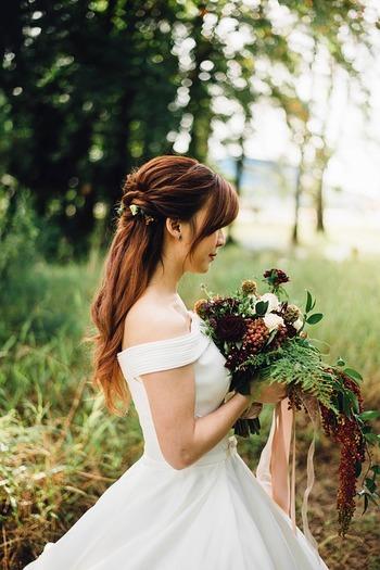 ラスティックとは、直訳すると「田舎風の」「飾り気のない」と言った意味ですが、最近では美しい森や草原など、本物の自然に囲まれた中で行われる、結婚式を指す言葉としても使われています。こうしたラスティックウェディングなら、新郎新婦もゲストもアットホームな雰囲気で、ゆったりと寛ぐことができますね。