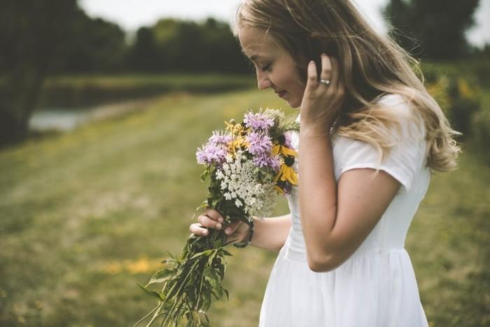 ウェディングブーケは、新郎新婦が想いを通わせたことの象徴となるアイテムです。ドレスの色に合わせたり、季節の花を選んだり、二人にとって縁のある花材を取り入れたりと、自由な発想で作り上げる楽しさもあります。希望を伝えればそれに合わせたブーケをデザインしてくれるフラワーショップも多いので、思い出に残るとっておきのブーケを用意してみて下さいね。